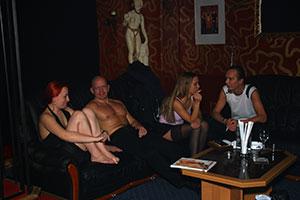 Pornomodels sitzen vor den Aufnahmen beisammen