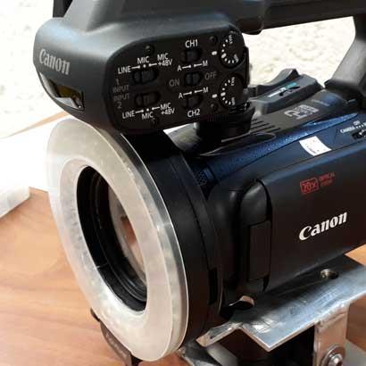 Hier zeigen wir eine Videokamera für Amateurpornos mt einem Ringlicht vor dem Objektiv